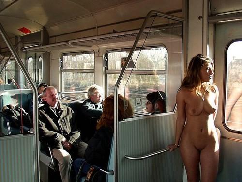 golie-devki-v-transporte
