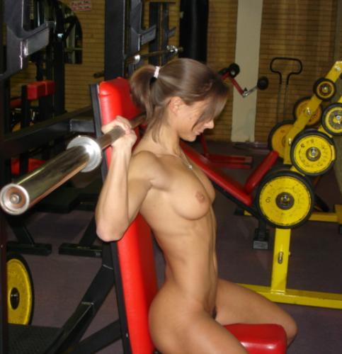 принципе только голая девушка с большими проводит зарядку все так